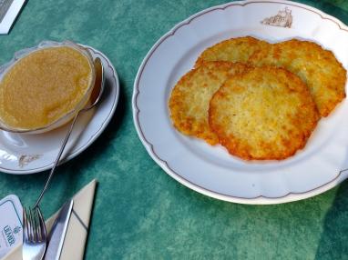 Kartoffelpuffers and applesauce.